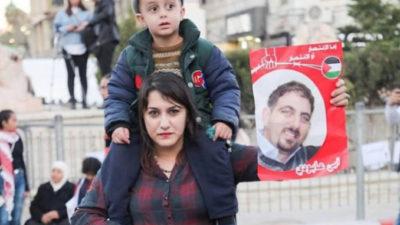 Vrouw van Ubai Aboudi tijdens manifestatie voor zijn vrijlating